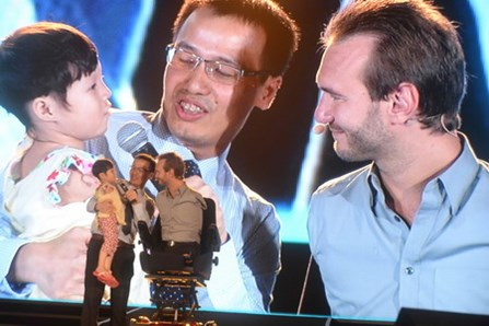 Nick Vujicic inspires Vietnamese youths again