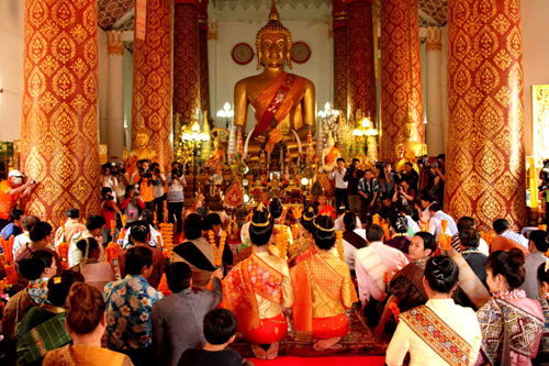 Laos' people holding a ceremony at Inpeng pagoda.