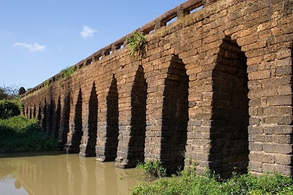 The bridge is constructed with 21 corbel arches and is sustained by 20 laterite pillars