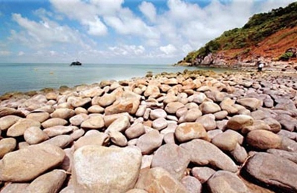 The hollow rocks on Hon Khoai island