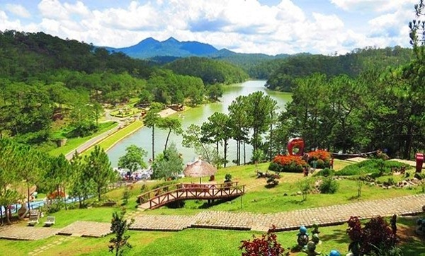 The gorgeous landscapes surrounded Da Thien Lake
