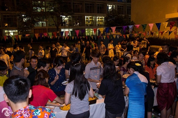 International students queuing up to enjoy Pad Thai in Loy Krathong Festival of Thaiand