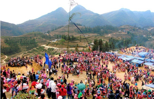 Many Mông people as well as travellers flock to Sapa to participate in Gầu Tào festival