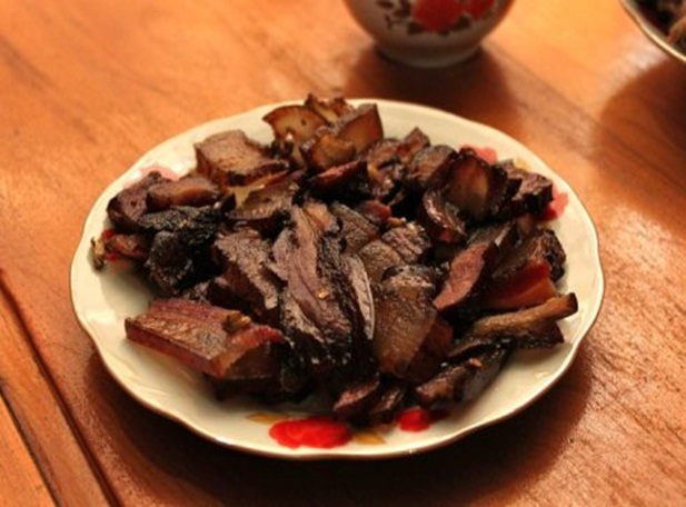 The cool weather makes barbecued meat and fish with mushroom and vegetables the most preferred street foods in Sapa