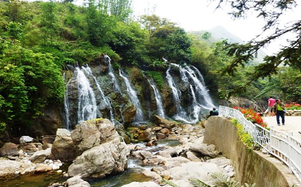 The amazing waterfall near Cat Cat village