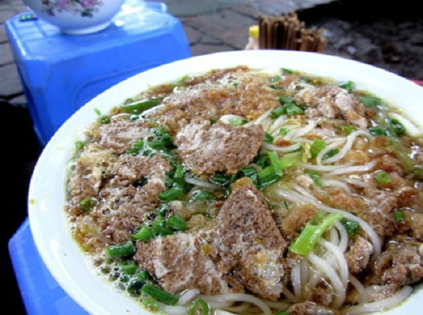 A bowl of delicious crab noodle soup costs only 25,000 to 30,000 VND