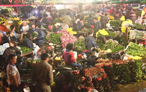 Quang Ba night flower market in Hanoi