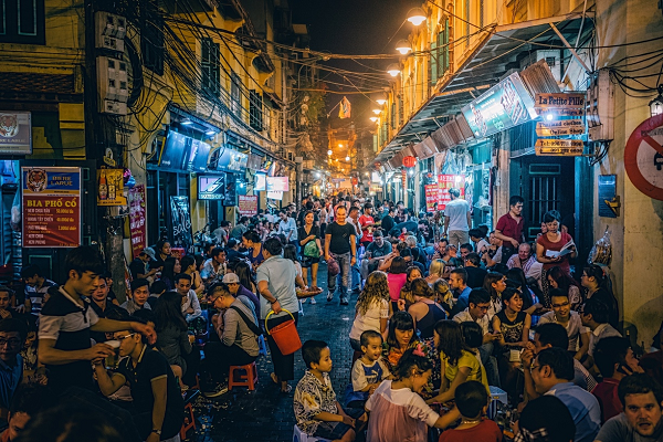 Enjoying Bia hoi in Vietnamese way: on the street