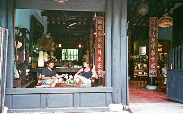 Foreign travellers are enjoying tea in Reaching Out, Hoi An