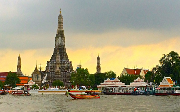 Your boat will pass through Wat Arun - an ancient temple of Thailand