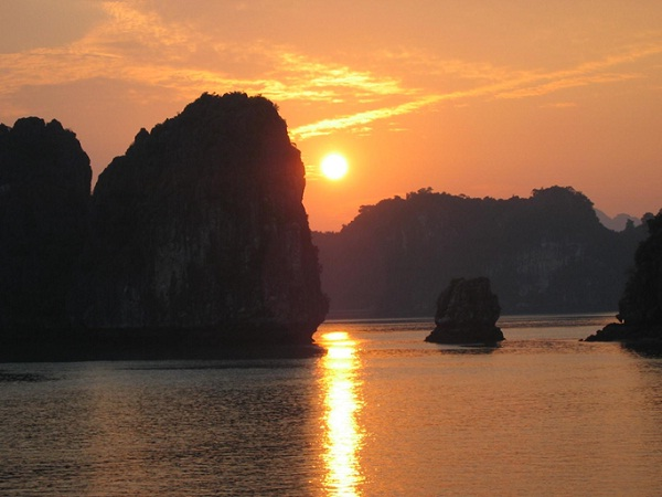 The CNN praises Halong Bay for its incredible sunsets