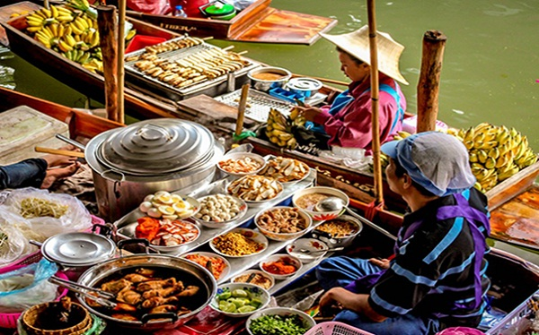 Thai foods are sold at Damnoen Saduak floating market