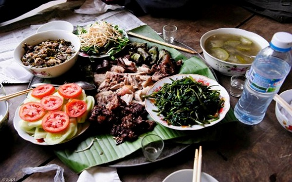 Boiled pork presented on a banana leave – a typical dish of Muong people