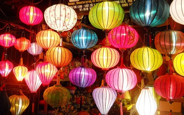 Romantic Hoi An ancient town with lanterns