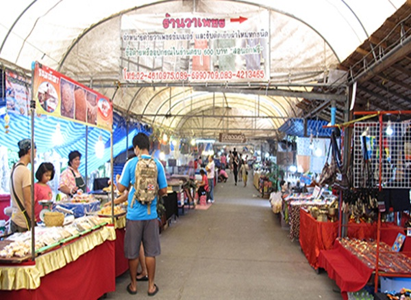 Many local handmade crafts are sold at Bang Nam Pheung Floating Market