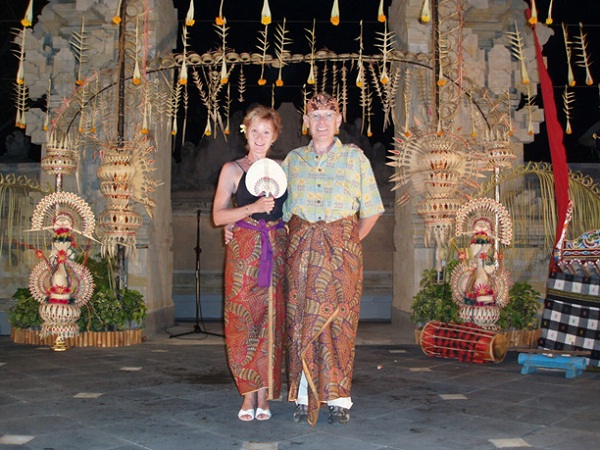 Foreigners are so amused by the traditional costumes of Burma