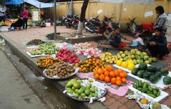 Many kinds of fruits are sold on the street