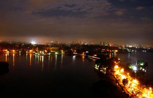 Flickering West Lake at night