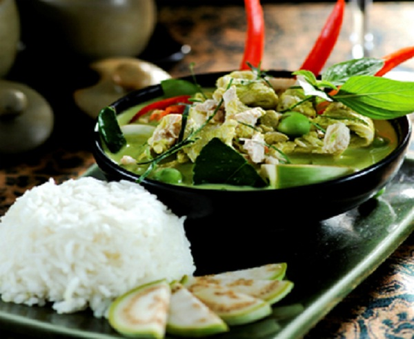 Geng Kheaw Wan Gai (Green Curry Chicken)