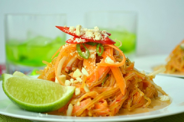 Pad Thai with some chilli slices point. Using with a slice of lemon