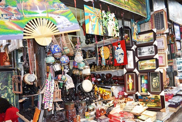 The market sells many sundry souvenir items like silk scarves and bags, woodcarvings, etc