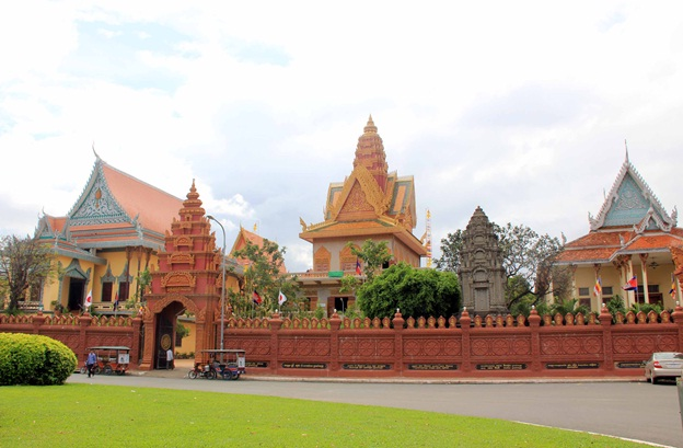Wat Ounalom is one of the popular places to visit in Phnom Penh