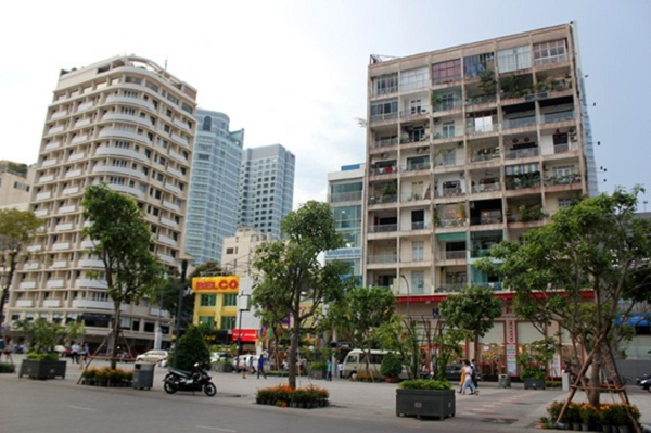 Many coffee shops in an apartment at Nguyen Hue street