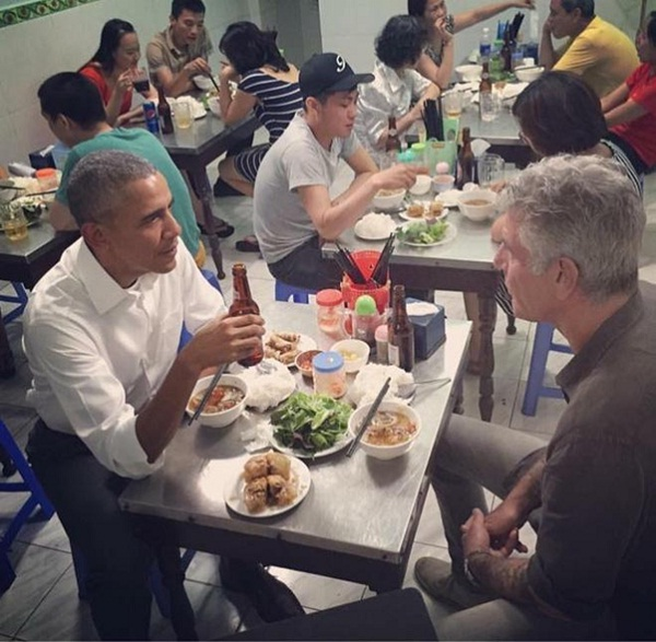 Mr.Pesident Obama enjoys dinner in Bun cha Huong Lien