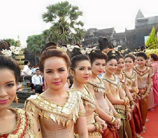 Khmer women in traditional dress
