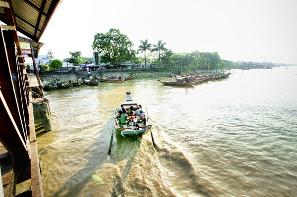 It takes only 10 minutes for a ferry ride to Dala village