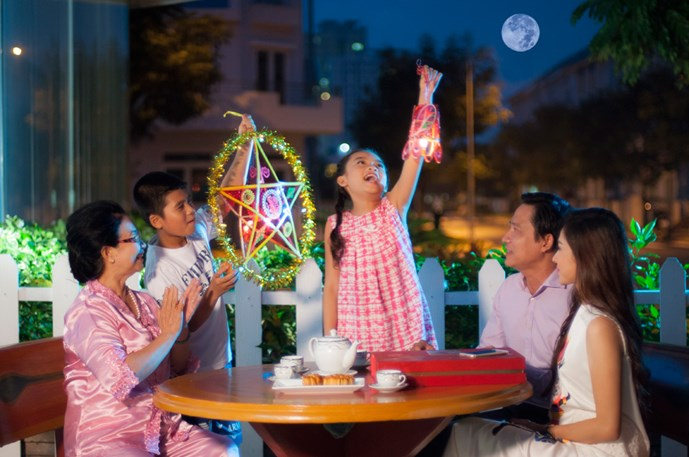 Moon cakes- The symbol of family reunion in Moon festival in Vietnam