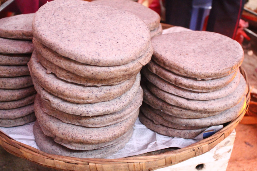 The dough with a mixture of water and pour into a soft plastic molds rolled into bread