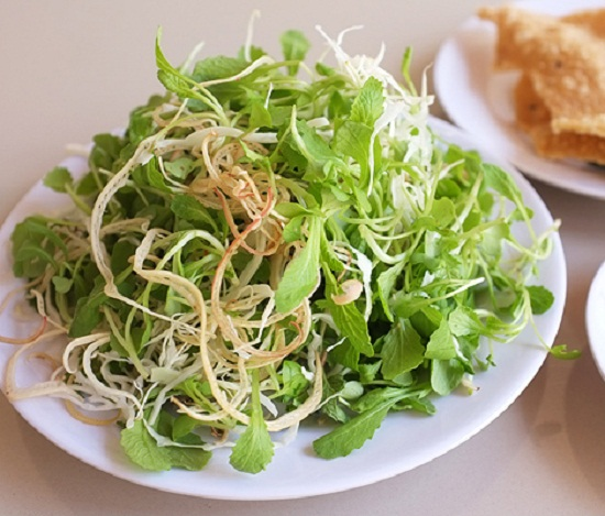 Vegetable served with Quang noodle