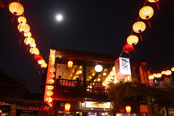 Hoi-An-at-night-is-very-romantic-because-of-the-lanterns