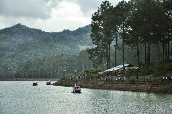 The-peace-of-pine-forest-in-Ban-Ang-which-you-can-enjoy-when-traveling-Moc-Chau-in-December