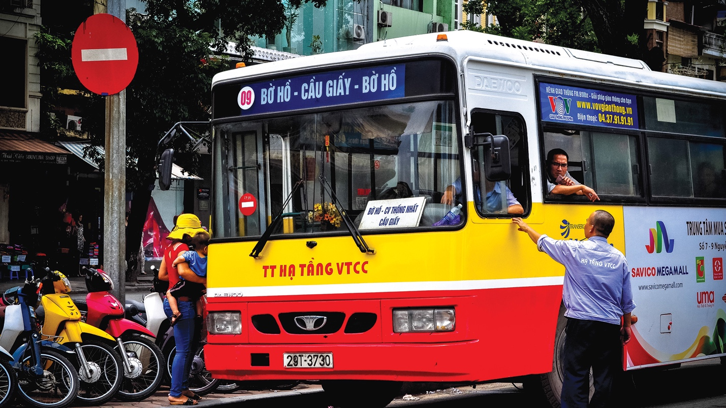 Bus No.9 arrives right at Hoan Kiem Lake