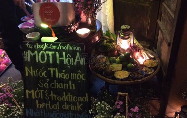 Mót is a famous tea shop located at 150 Tran Phu Street