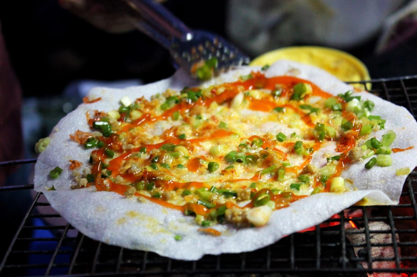 Try eating grilled rice paper in Cao Thang Street