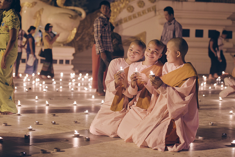 Young monks are enjoying the festival