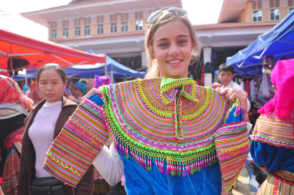 Brocade clothes is favored by foreign tourists to Vietnam
