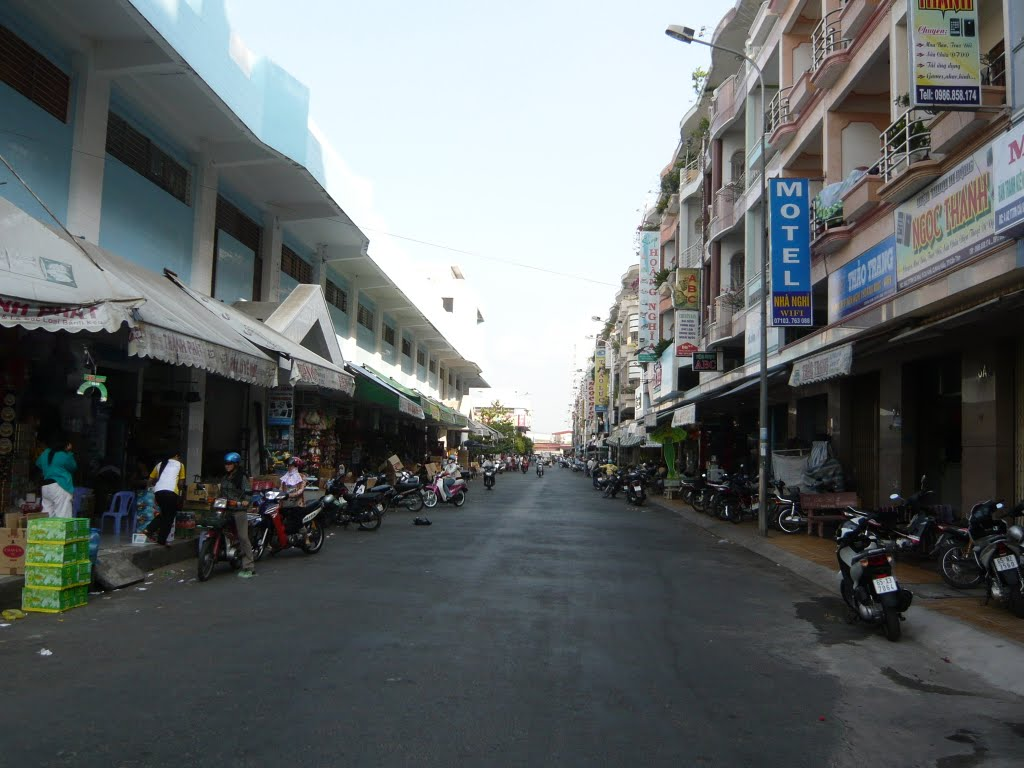 A side street of Cai Khe market