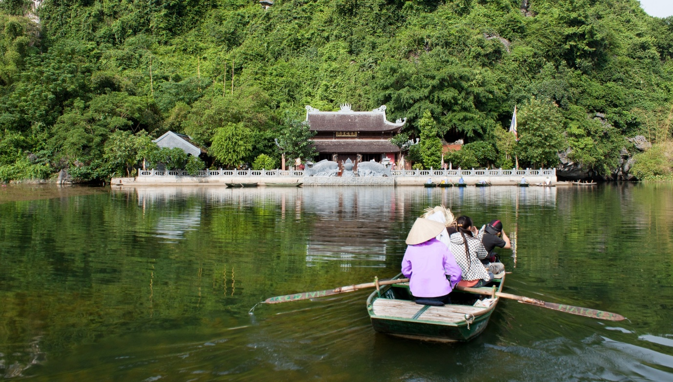 A boat trip to enjoy the beauty of Trang An