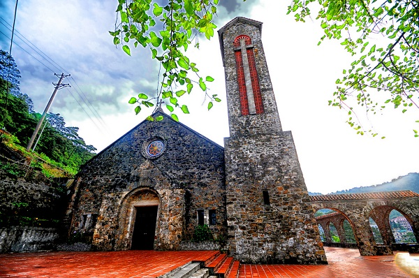 Ancient-Rock-Church-in-Tam-Dao