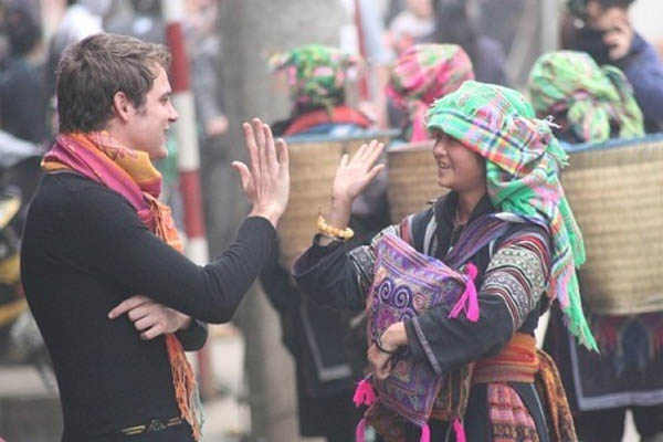 Friendly behaviors of a local to a foreign traveler