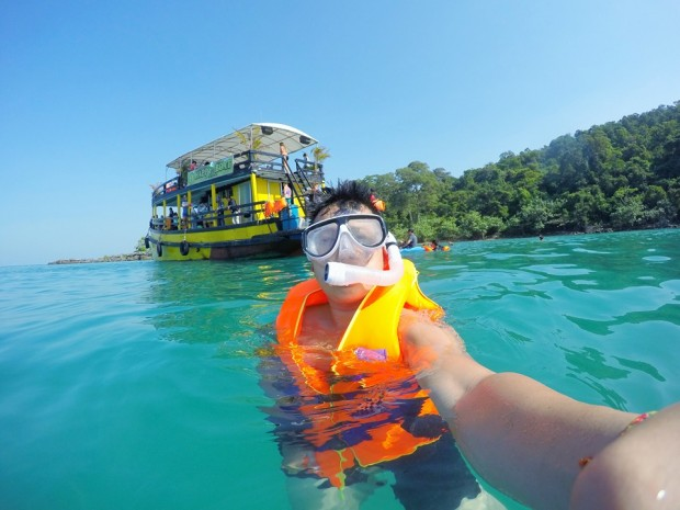 Exploring Koh rong beach by participating in sea activity