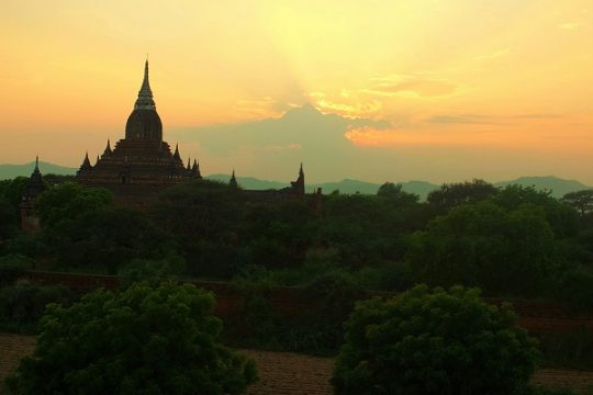 Sunset-view-from-North-Guni-Temple-in-Bagan
