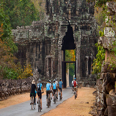 Tourists'-cycle-straight-to-the-Angkor-Thom