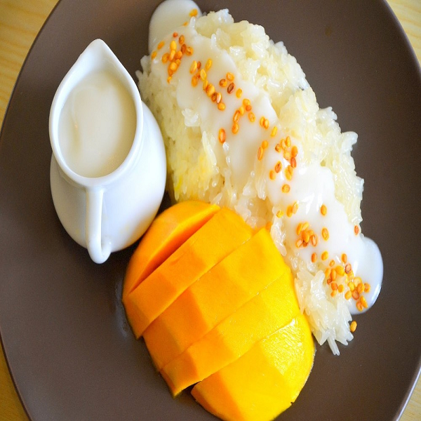 Tourists can enjoy the delicous mango sticky rice on street of Thailand