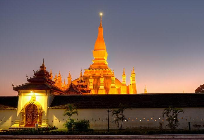What a gorgeous view of Pha That Luang at night!