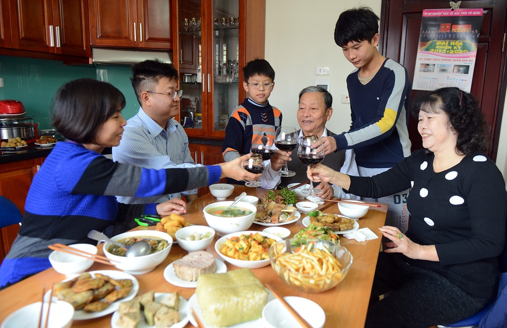Dining-traditional-meal-in -a-local-hosted-family